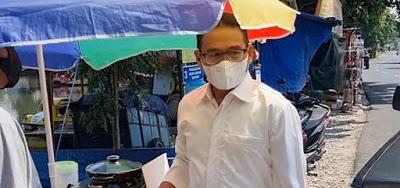 Ketua DPRD Purwakarta Bantu Pedagang Sosis Beli Alat Panggang