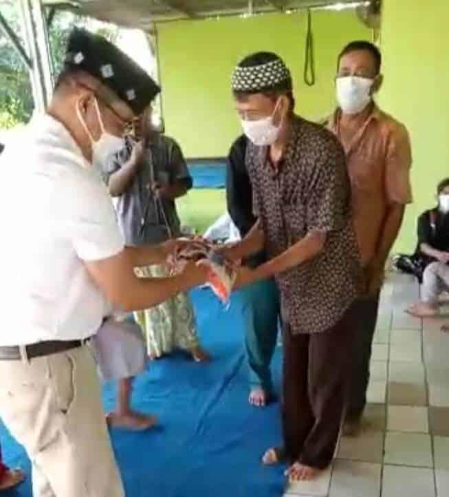 Ketua DPRD Purwakarta Beri Penyuluhan Prokes 5 M, Bagikan Masker dan Beras Gratis Dimasa PPKM