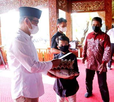 Ketua DPRD Purwakarta Bersama Bupati Serahkan Bantuan Kepada 1.331 Penyandang Disabilitas