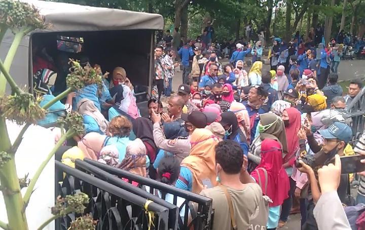 Demo Hari Ketiga Kondusif, Pulangnya Naik Truk Polisi