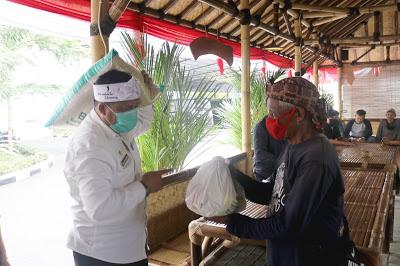 29 Tenaga Kebersihan Setwan Dapat  Bantuan Paket Sembako dari BAZ Purwakarta